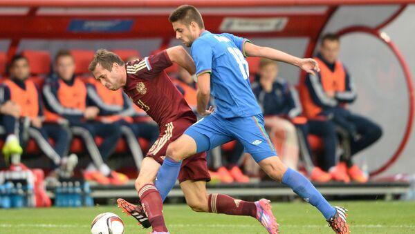 Azərbaycan millisinin futbolçusu Dmitri Nazarov (solda) - Sputnik Азербайджан