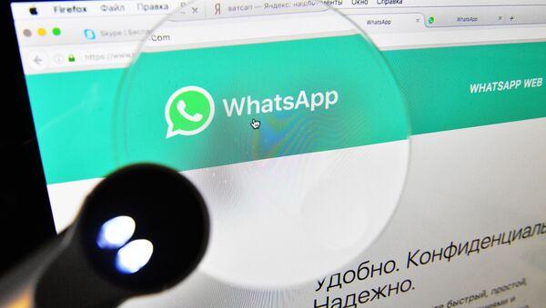 Веб-страница мессенджера WhatsApp на экране компьютера. - Sputnik Azərbaycan