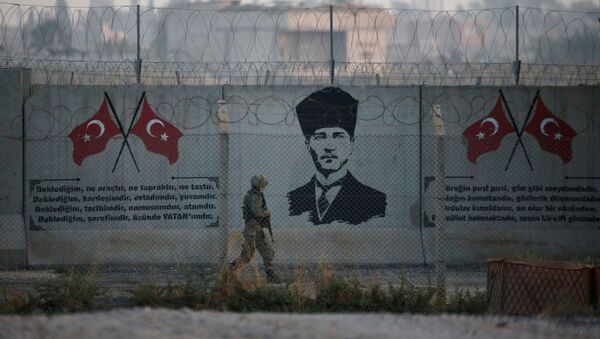 Турецкий солдат на турецко-сирийской границе в Акчакале в провинции Шанлыурфа, Турция - Sputnik Azərbaycan