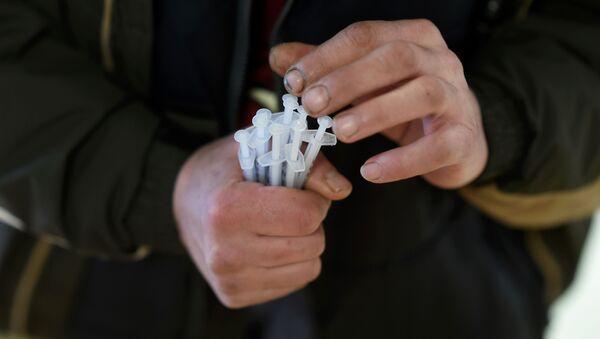 Шприцы в руках, фото из архива - Sputnik Азербайджан