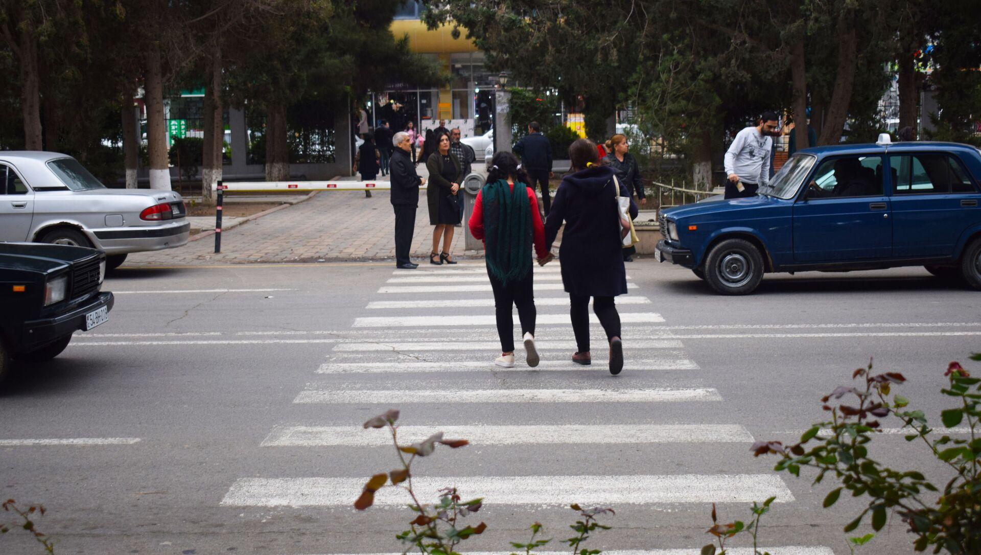 Люди на пешеходном переходе - Sputnik Azərbaycan, 1920, 21.09.2021