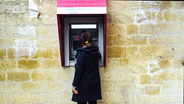 Женщина у банкомата - Sputnik Азербайджан