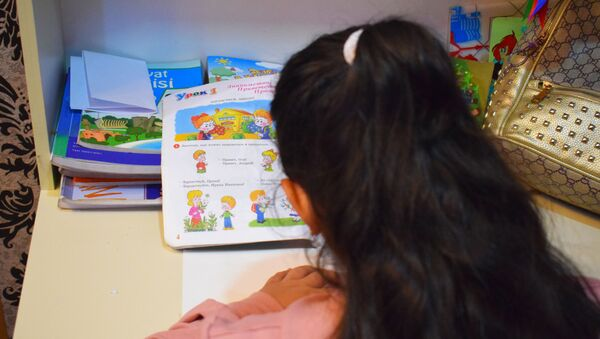Школьница делает уроки по русскому языку - Sputnik Азербайджан