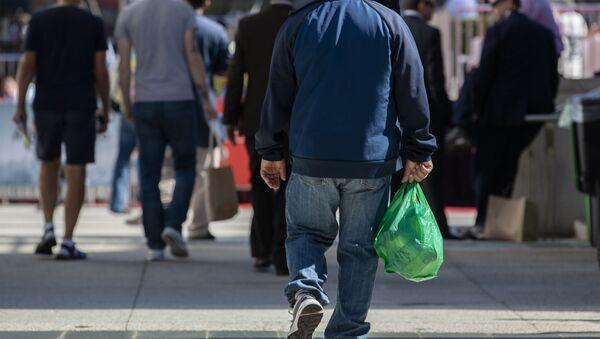 Мужчина с пакетом в руке, фото из архива - Sputnik Азербайджан