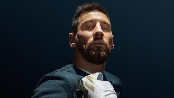 Adidas представил публике модель бутсов, созданную к 15-летию первого матча футболиста Лионеля Месси за легендарную Барселону - Sputnik Азербайджан