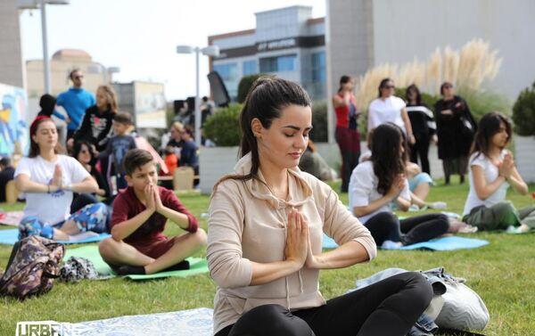 Гости фестиваля расслаблялись на занятиях по йоге и медитации - Sputnik Азербайджан