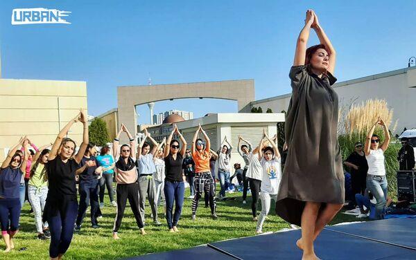 Занятия по танцу каушики на Фестивале здоровья - Sputnik Азербайджан
