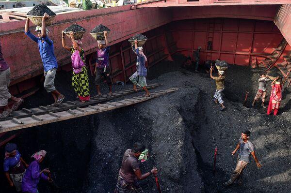 Рабочие выгружают уголь с грузового корабля в Габтоли, Бангладеш - Sputnik Азербайджан