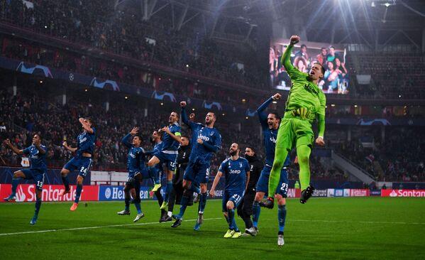 Игроки ФК Ювентус радуются победе в матче группового этапа Лиги Чемпионов УЕФА - Sputnik Азербайджан