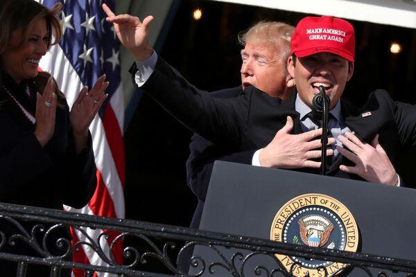 Президент США Дональд Трамп обнимает игрока в бейсбол Курта Сузуки в Белом доме в Вашингтоне - Sputnik Азербайджан
