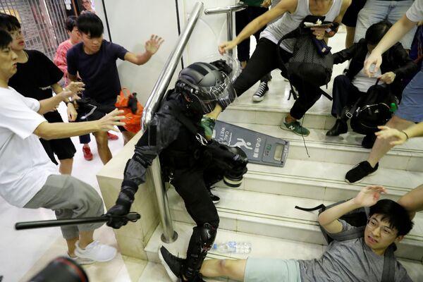 Столкновение с сотрудником полиции в торговом центре в Тай По, Гонконг - Sputnik Азербайджан