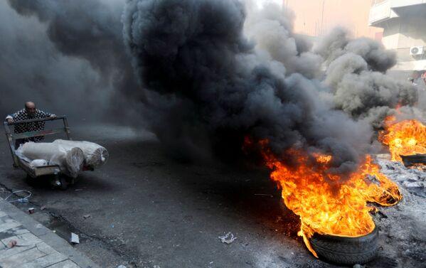 Иракские демонстранты во время антиправительственных акций протеста в Багдаде, Ирак - Sputnik Азербайджан