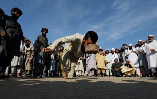 Сторонник политической и религиозной партии JUI-F во время участия в традиционной игре Шляпа в Исламабаде, Пакистан - Sputnik Азербайджан