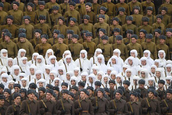 Участники марша, приуроченного к 78-й годовщине парада 7 ноября 1941 года на Красной площади - Sputnik Азербайджан