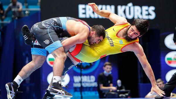 Азербайджанский борец Джабраил Гасанов против борца из Казахстана Галимжана Уссербаева - Sputnik Азербайджан