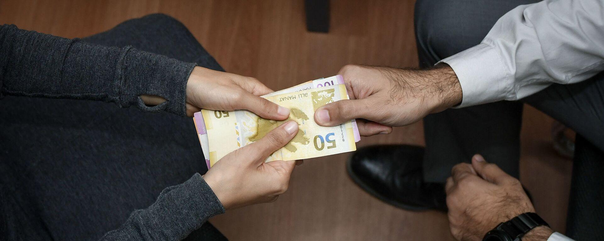 Передача денег из рук в руки, фото из архива - Sputnik Азербайджан, 1920, 31.01.2021