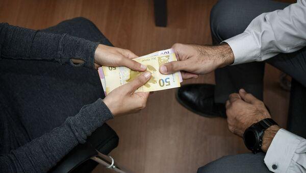 Передача денег из рук в руки, фото из архива - Sputnik Азербайджан