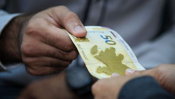 Передача денег из рук в руки, фото из архива - Sputnik Azərbaycan