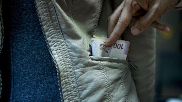 Кража денег, иллюстративное фото - Sputnik Azərbaycan