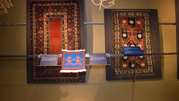 В Музее ковра состоялась презентация ковровых изделий для людей с ограниченным зрением - Sputnik Азербайджан