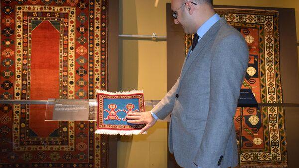 В Музее ковра состоялась презентация ковровых изделий для людей с нарушенным зрением - Sputnik Азербайджан