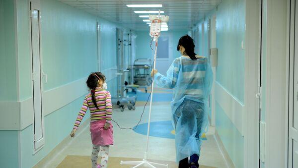 Женщина несет раствор для своей дочери, больной онкологией - Sputnik Азербайджан