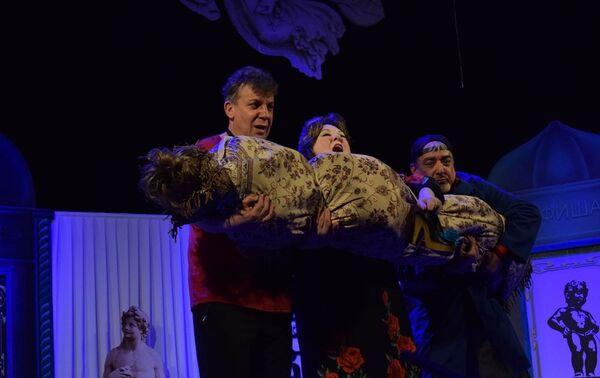 В Русском драматическом театре состоялась премьера комедии День сюрпризов, приуроченная к юбилею народного артиста Сафы Мирзагасанова - Sputnik Азербайджан