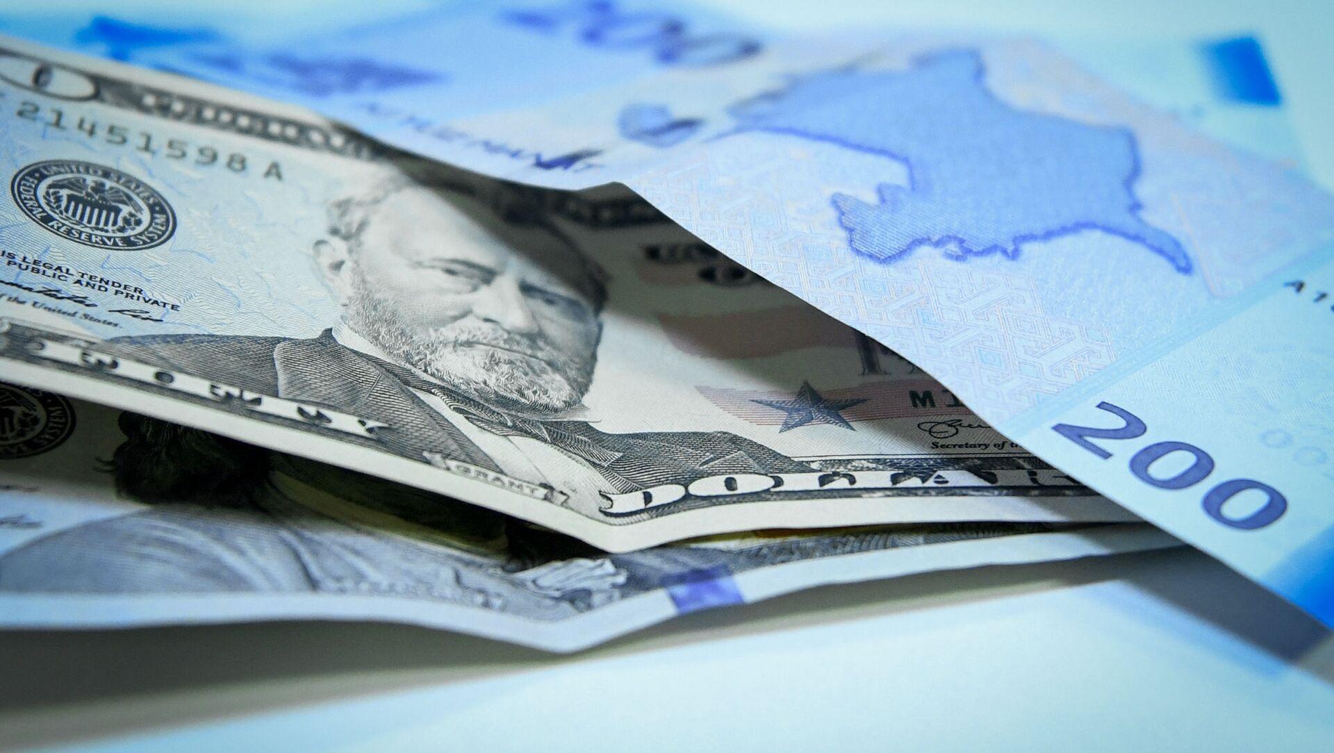 Манат и доллары, фото из архива - Sputnik Azərbaycan, 1920, 13.07.2021