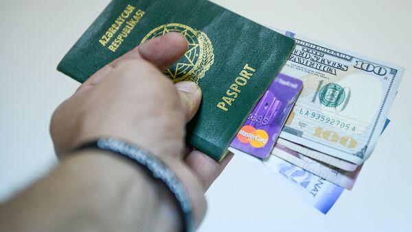 Паспорт гражданина Азербайджана, манаты и доллары разных номиналов, фото из архива - Sputnik Азербайджан