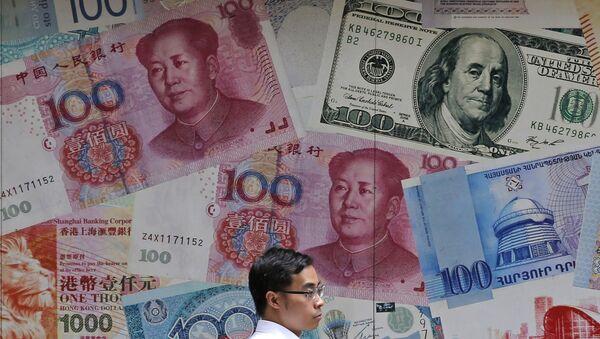 Мужчина проходит мимо обмена валюты в Гонконге - Sputnik Азербайджан