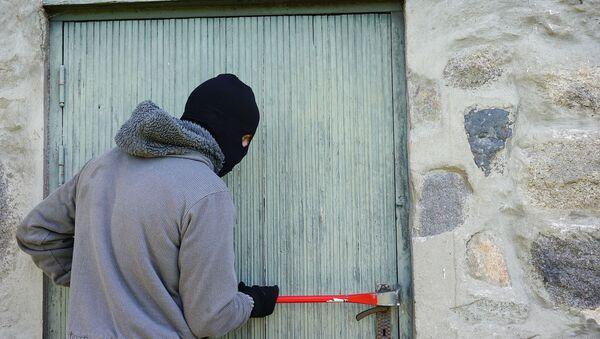 Вор взламывает дверь, фото из архива - Sputnik Азербайджан
