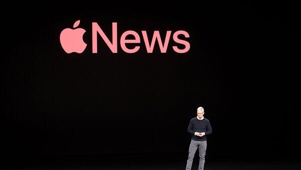 Тим Кук обсуждает Apple News во время презентации в штаб-квартире Apple в Купертино, штат Калифорния, 2019 - Sputnik Азербайджан