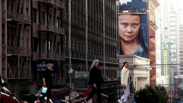 Портрет шведского климатического активиста Греты Тунберг на стене дома в Сан-Франциско, Калифорния - Sputnik Азербайджан
