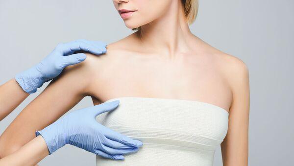 Девушка на осмотре груди в клинике по пластической хирургии - Sputnik Азербайджан