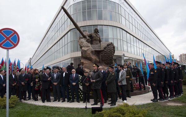Памятник герою Карабахской войны Альберту Агарунову воздвигли в Баку  - Sputnik Азербайджан