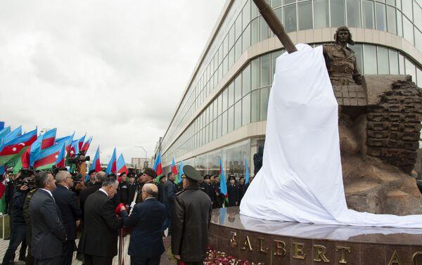 Памятник герою Карабахской войны воздвигли в Баку  - Sputnik Азербайджан