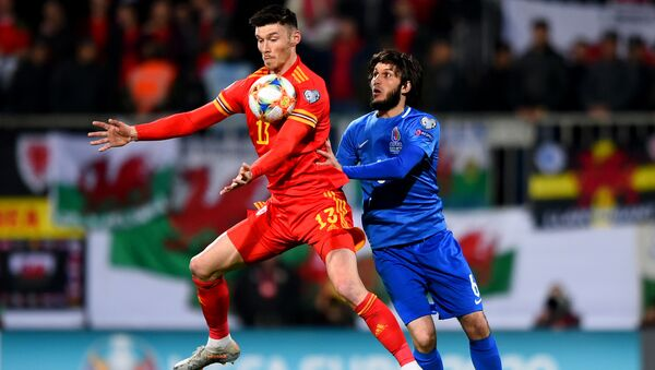 Kieffer Moore (Wales) & Badavi Guseynov (Azerbaijan) - Sputnik Азербайджан