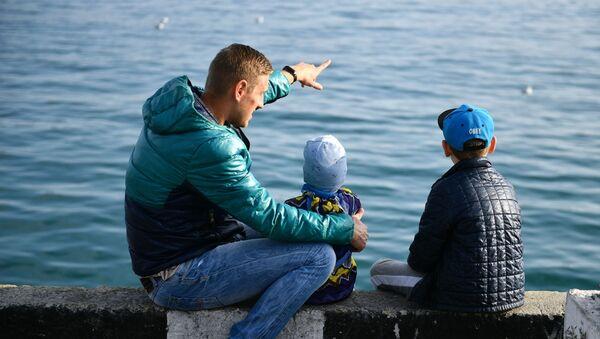 Мужчина с детьми, фото из архива - Sputnik Азербайджан