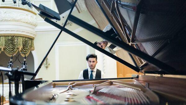В этом декабре азербайджанский пианист Риад Маммадов удивит Москву уникальным сочетанием восточных сказок и западной музыки - Sputnik Азербайджан