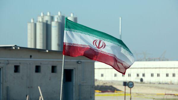 Иранский флаг на атомной электростанции в Бушере во время официальной церемонии запуска второго реактора - Sputnik Азербайджан