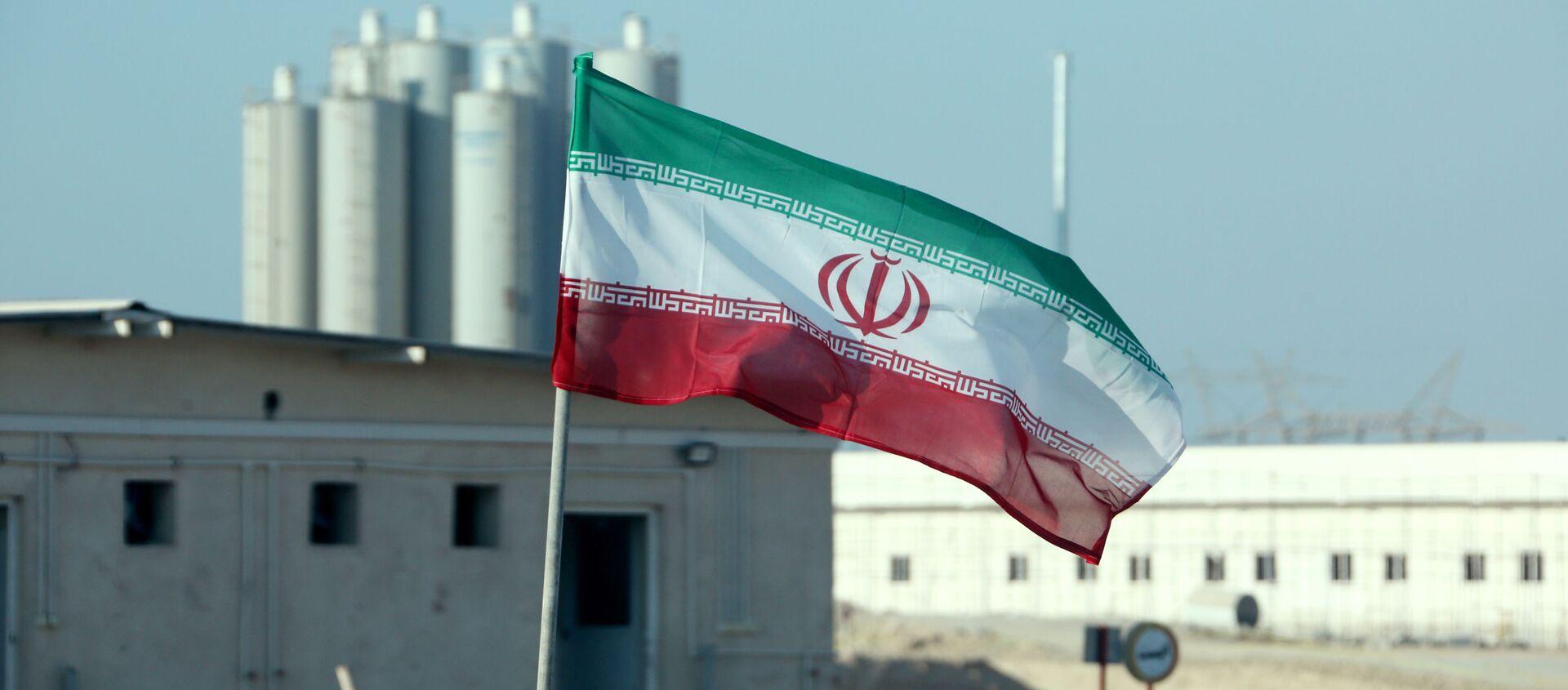 Иранский флаг на атомной электростанции в Бушере во время официальной церемонии запуска второго реактора - Sputnik Азербайджан, 1920, 19.02.2021