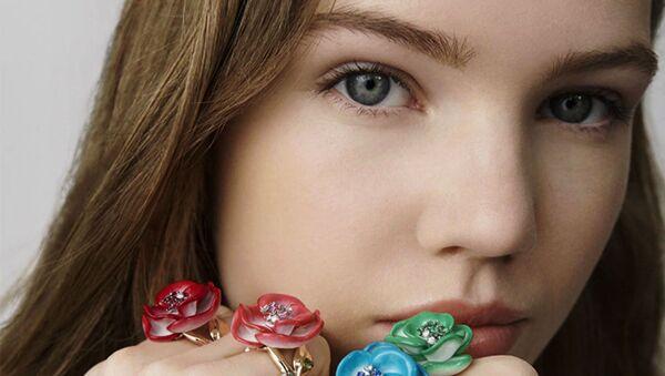 Двадцатилетие ювелирного направления модного дома Dior ознаменовалось новой коллекцией колец Rose Dior Pop, вдохновленной розами - Sputnik Азербайджан
