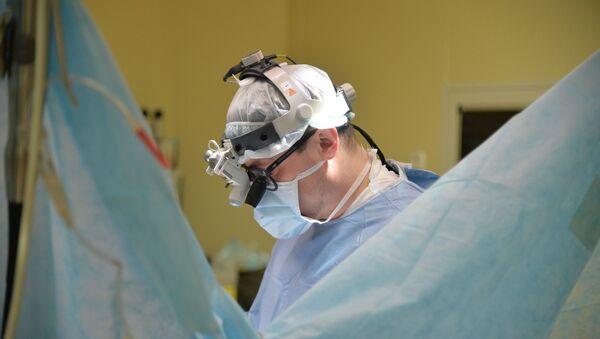 Врач-хирург во время операции, фото из архива - Sputnik Азербайджан