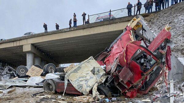 Грузовик сорвался с моста в поселке Ходжасан Бинагадинского района Баку - Sputnik Азербайджан