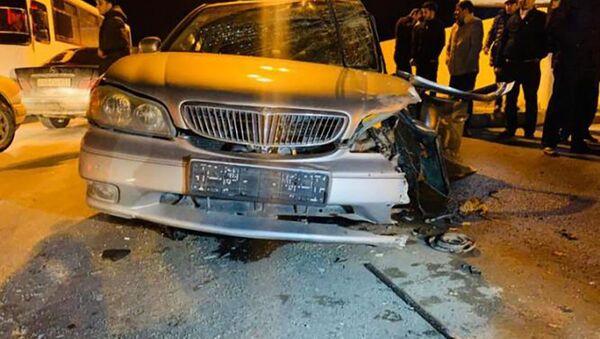 Автомобиль, пострадавший в цепной аварии в Баку - Sputnik Азербайджан