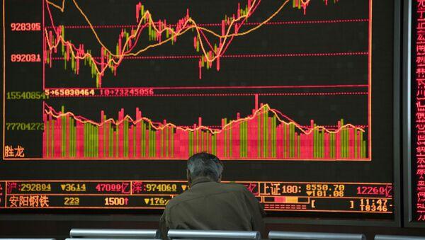 Инвестор отслеживает цены на акции в Пекине - Sputnik Азербайджан