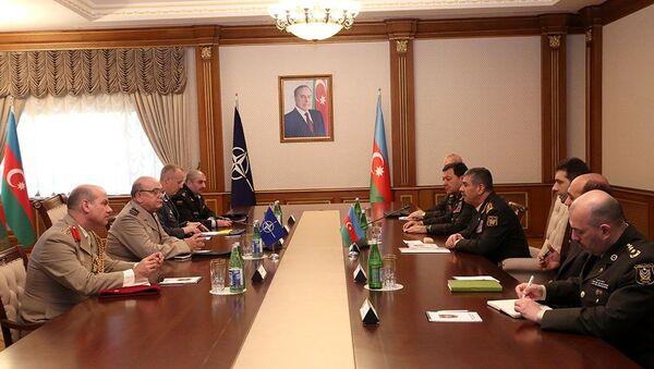 Министр обороны Азербайджана Закир Гасанов встретился с делегацией во главе с Председателем Военного комитета НАТО Стюартом Пичем - Sputnik Азербайджан