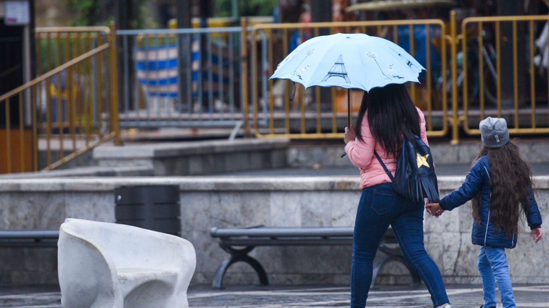 Женщина с девочкой во время дождя в Баку, фото из архива - Sputnik Азербайджан, 1920, 01.10.2021