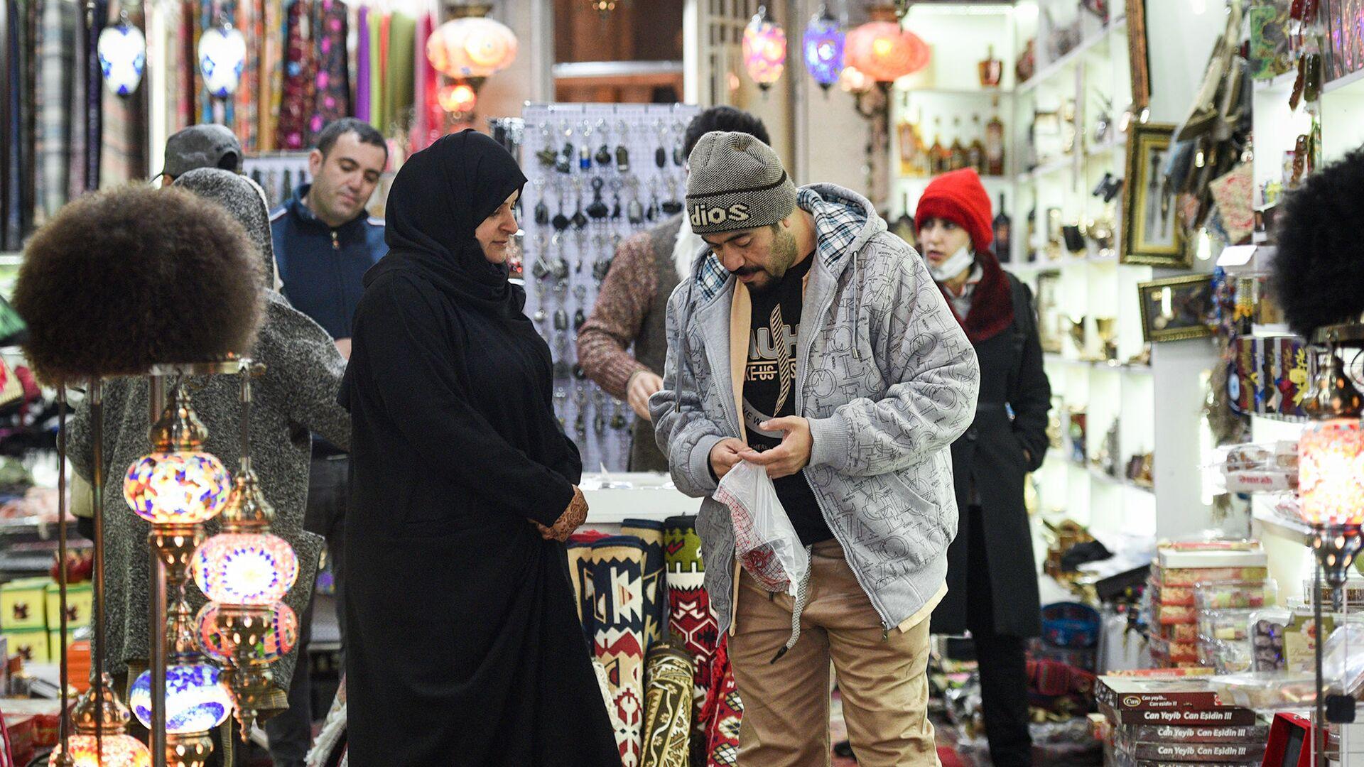 Туристы в сувенирном магазине в Баку - Sputnik Azərbaycan, 1920, 25.09.2021