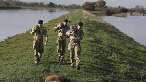 Солдаты британской армии несут мешки с песком  - Sputnik Азербайджан